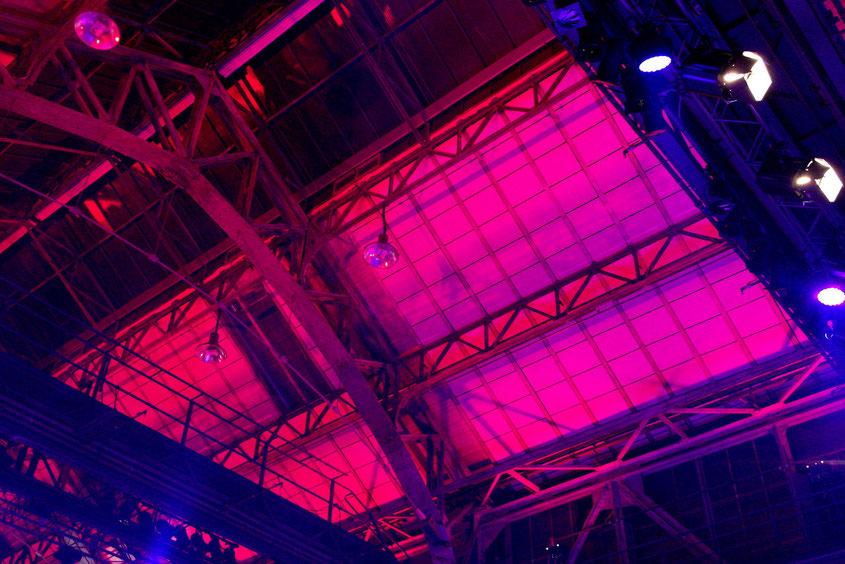 Riesige Stahlbalken von bunten Halogenstrahlern beleuchtet haben aus der Jahrhunderthalle eine farbenprächtige Kulisse gezaubert