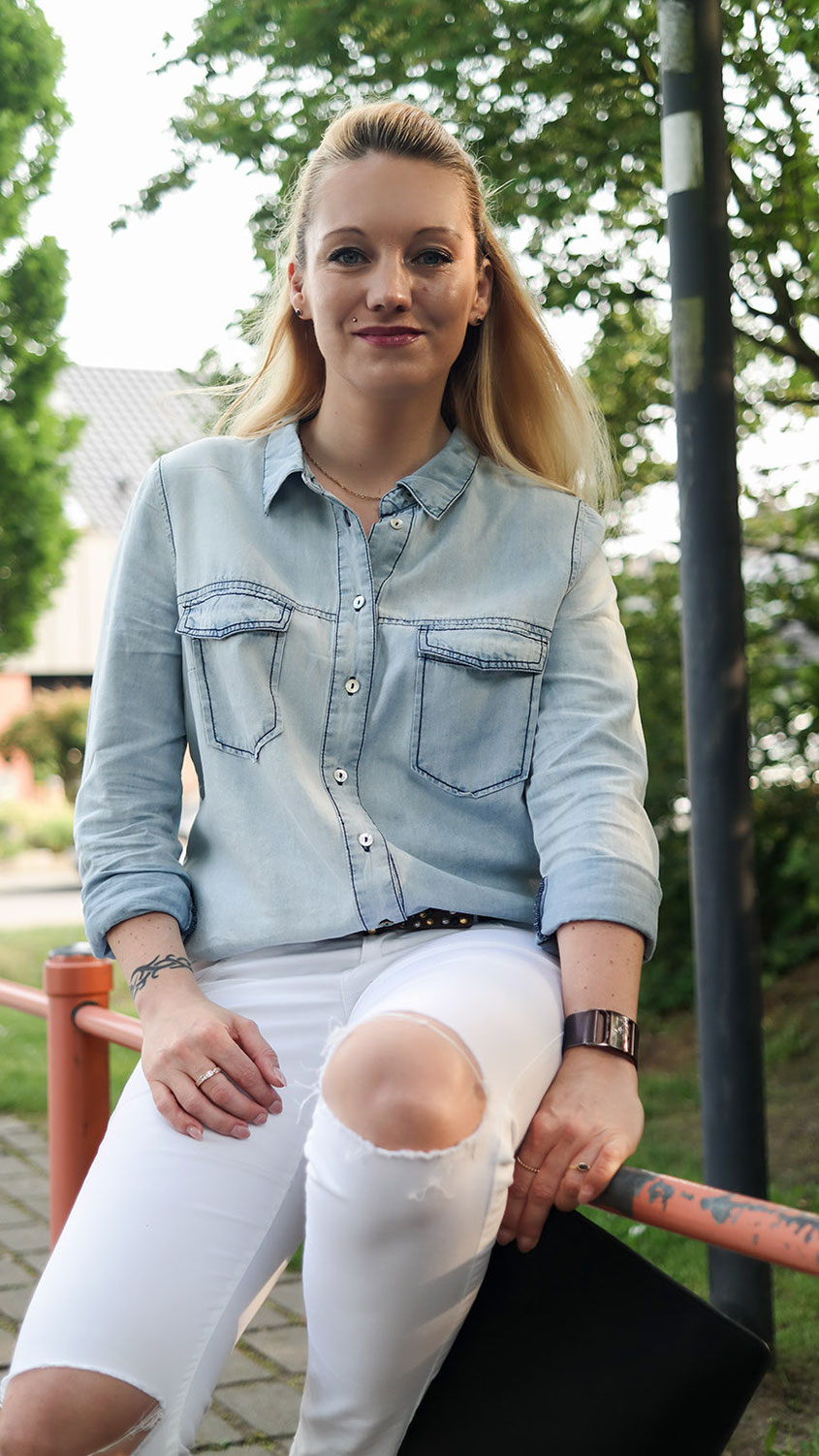 Light Blue Denim Shirt and white Jeans | Hellblaues Jeanshemd zur weißen Jeans | hot-port.de | 30+ Fashion & Lifestyle Blog