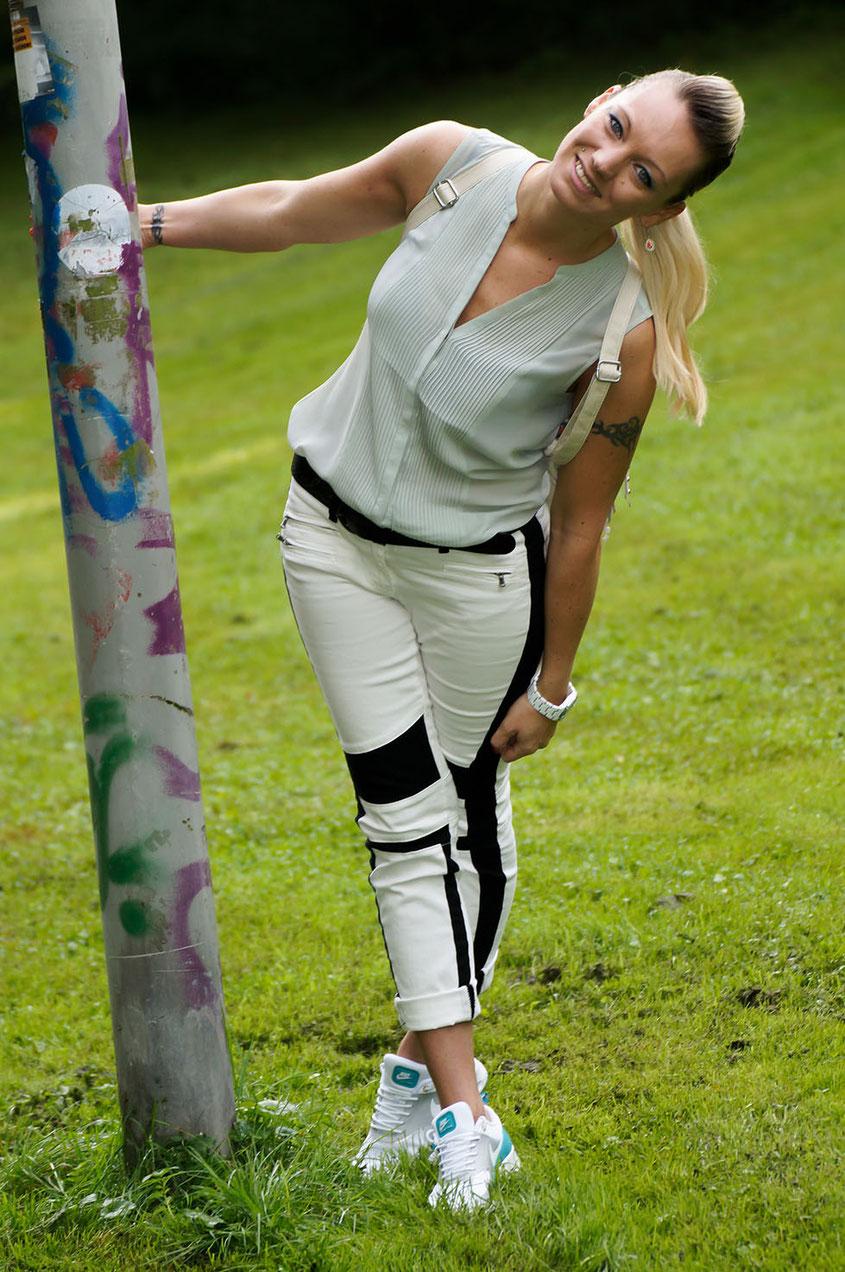 Franny´s erstes echtes Outfit | Ein Selbstversuch auf einem Lifestyle Blog | Laura Scott Bikerhose | Chiffon-Bluse & Nike Air Max Thea Teal