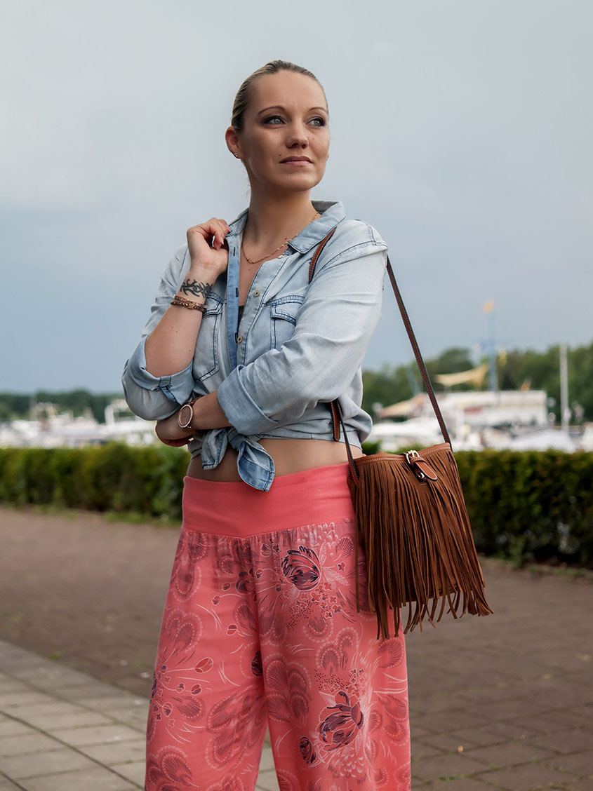 Outfit Ibiza City Style with my beloved Palazzo Pants, Denim Shirt, Fringe Bag & Espadrilles | hot-port.de | 30+ Fashion Blog