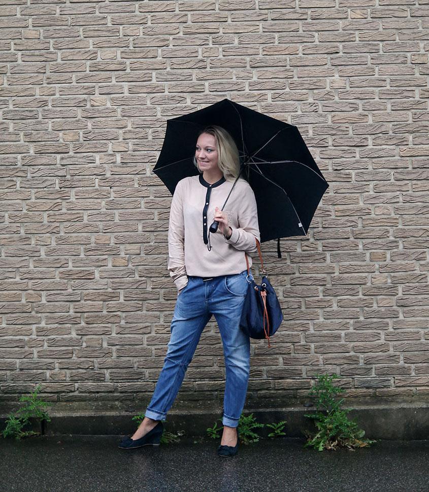 Outfit: Boyfriend Jeans & Liebeskind Bluse. Sehr schöne Bluse mit kleinen, goldfarbenen Nieten an der Brusttasche und Details aus Leder, die allerdings extrem knittert | Hot Port Life & Style | Deutscher Style Blog