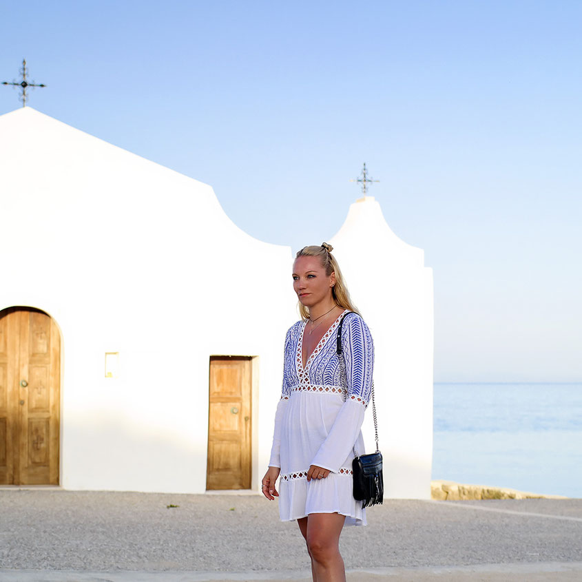 Beautiful Greece Style | Typical Missguided Dress in Blue White | Church at Agios Nikolaos Beach Zakynthos | hot-port.de | 30+ Lifestyle Blog