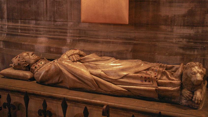 Notre Dame | Erzbischof in der berühmten Kathedrale in Paris