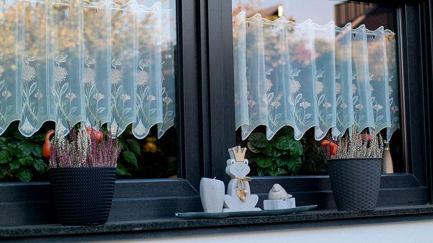 Hola Hola, der Herbst ist da und mit ihm all die wunderbaren Deko Trends, die aus Deinem Zuhause im Handumdrehen eine Wohlfühloase zaubern. Von Mini Kürbissen über stylishe Edelstahl Laternen bis hin zu leuchtenden Blumen & coolen Gräsern | Hot Port Life & Style | www.hot-port.de | Mode & Lifestyle Blog für Frauen um die 30