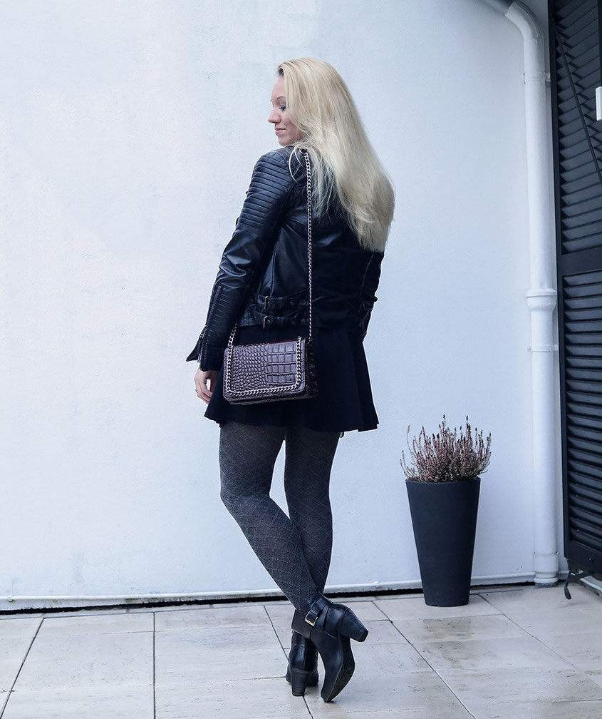 Outfit Silver Linings | Silbergrauer Lurex Pullover & schwarzer Skater Rock nebst Lederjacke | Hot-Port.de | Deutscher Mode & Lifestyle Blog