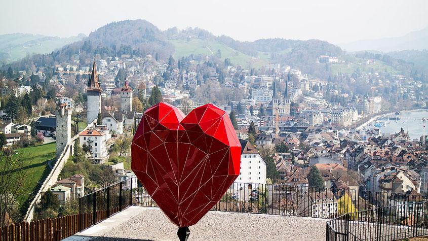 Raus aus dem Alltag & rein ins Städtetrip Vergnügen: Wenn auch Du einmal einen Tapetenwechsel brauchst, kann ich Dir einen Kurzurlaub im schweizerischen Luzern nur empfehlen! Das Touristenziel schlechthin ist perfekt zum Abschalten, vor allem von oben auf Schloss Gütsch mit Blick auf ganz Luzern & der wunderbaren Kunstausstellung | Hot Port Life & Style | 30+ Lifestyle Blog