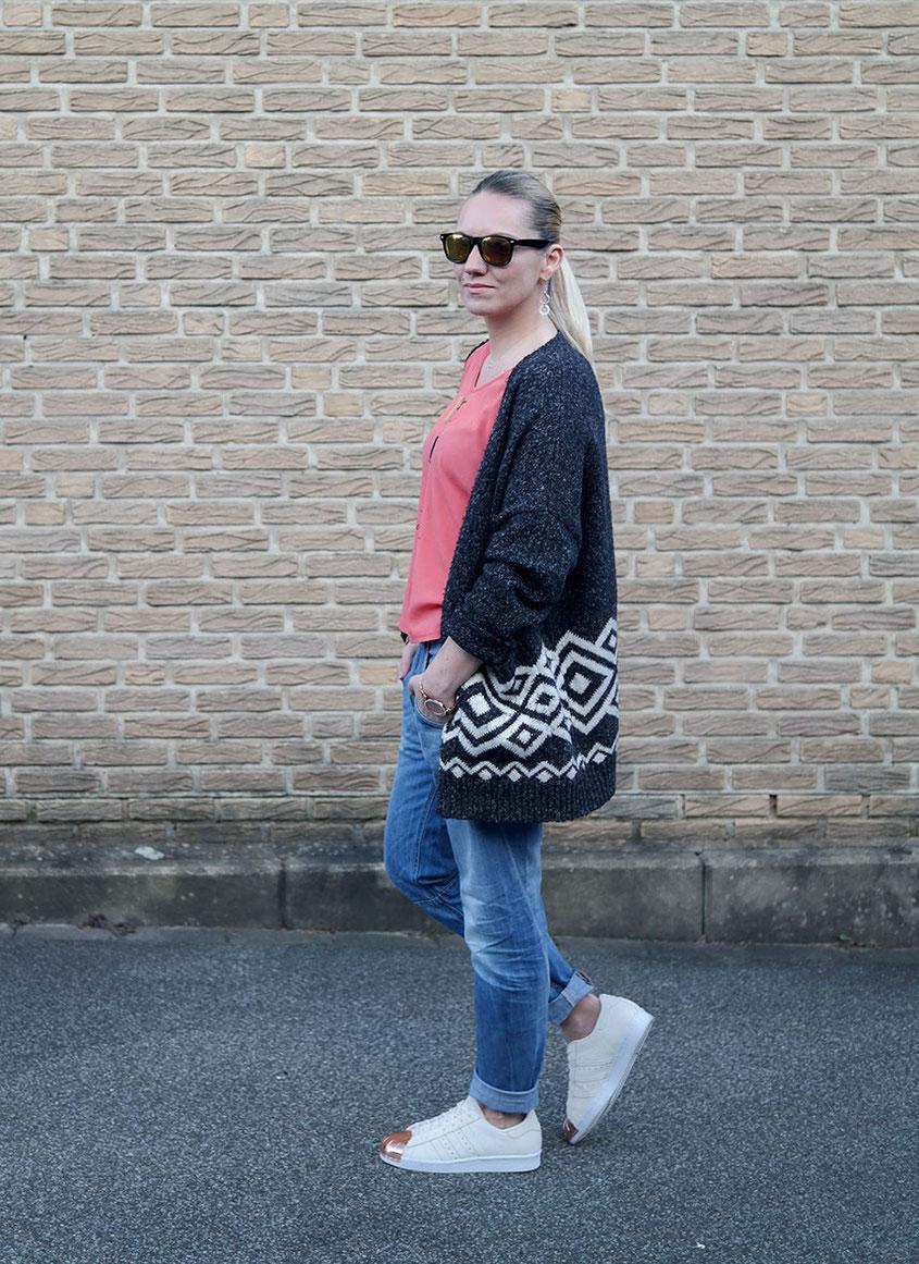 Outfit Botanischer Frühling | Boyfriend Jeans - Poppiges Shirt - Glamorous Cardigan - Adidas Superstars | hot-port.de | 30+ Style Blog