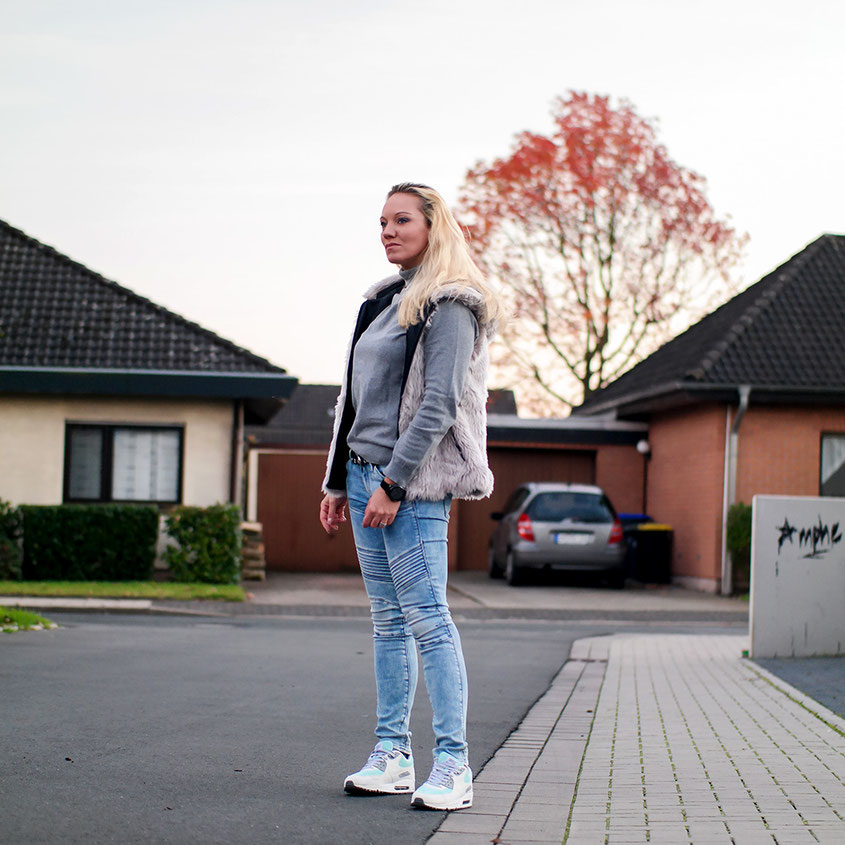 Herbstlook Outfit mit Fellweste, Biker Jeans & Air Max | hot-port.de | 30+ Fashion & Style Blog