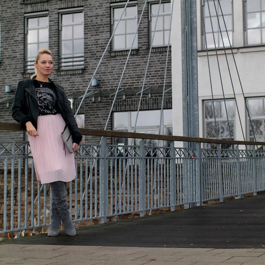 Franny Winter Style | Rosé Plissée Rock & Overknees aus Velourleder | Raffstiefel | hot-port.de | 30+ Fashion Blog