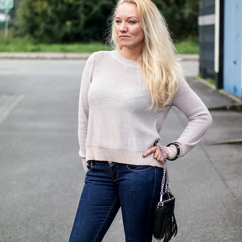 River Island Nude Metallic Knit Split Jumper | Outfit Guess Schlagjeans & rückenfreies Oberteil | hot-port.de | 30+ Fashion Blog