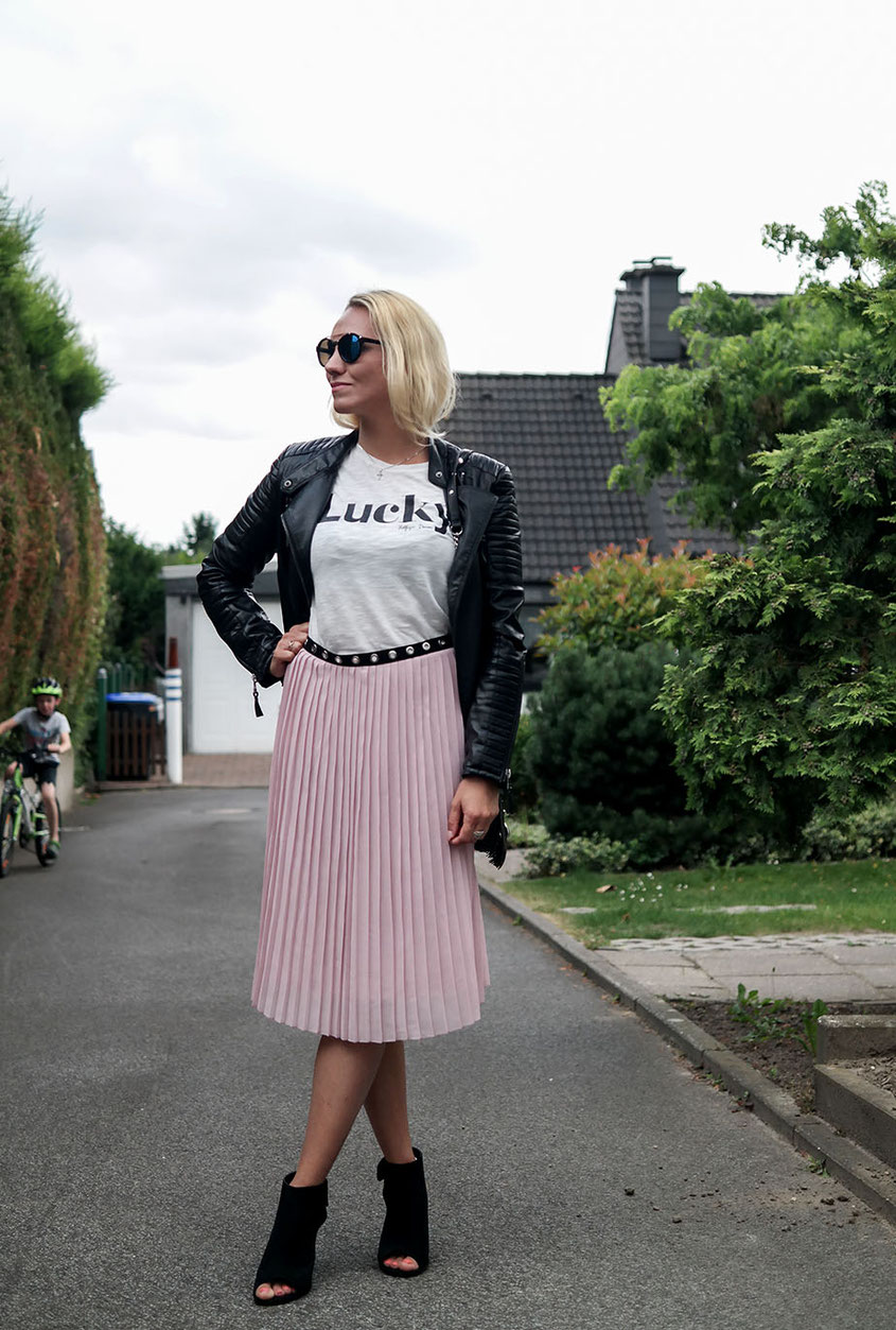 Outfit | Faltenrock von Glamorous mit Lucky Shirt von Tommy Hilfiger | Pleated Skirt with Lucky Shirt | hot-port.de | 30+ Fashion & Style Blog
