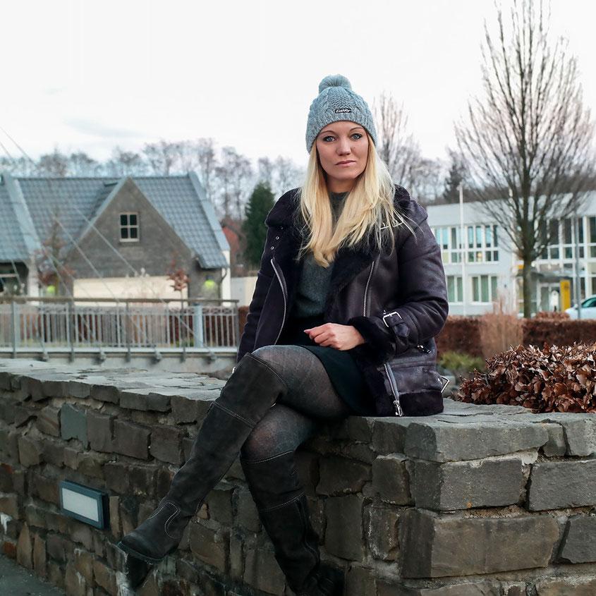 Winter in Deutschland | Zwar nicht unbedingt schneeweiß, dafür aber knackekalt | Jetzt helfen nur: dickes Shearling Jacket von Warehouse, Overknees & Eisbär Bommelmütze | hot-port.de | 30+ Style & Fashion Blog