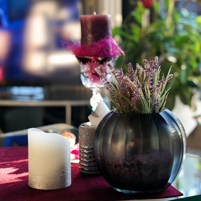 Der Herbst ist endlich da und mit ihm all die wunderbaren Deko Trends, die Dein Zuhause im Handumdrehen in eine Wohlfühloase verwandeln. Von hippen Edelstahl Laternen über Mini Kürbisse bis hin zu leuchtenden Blumen & coolen Gräsern | Hot Port Life & Style | www.hot-port.de | Mode & Lifestyle Blog für Trendsetter und solche, die es gern werden möchten