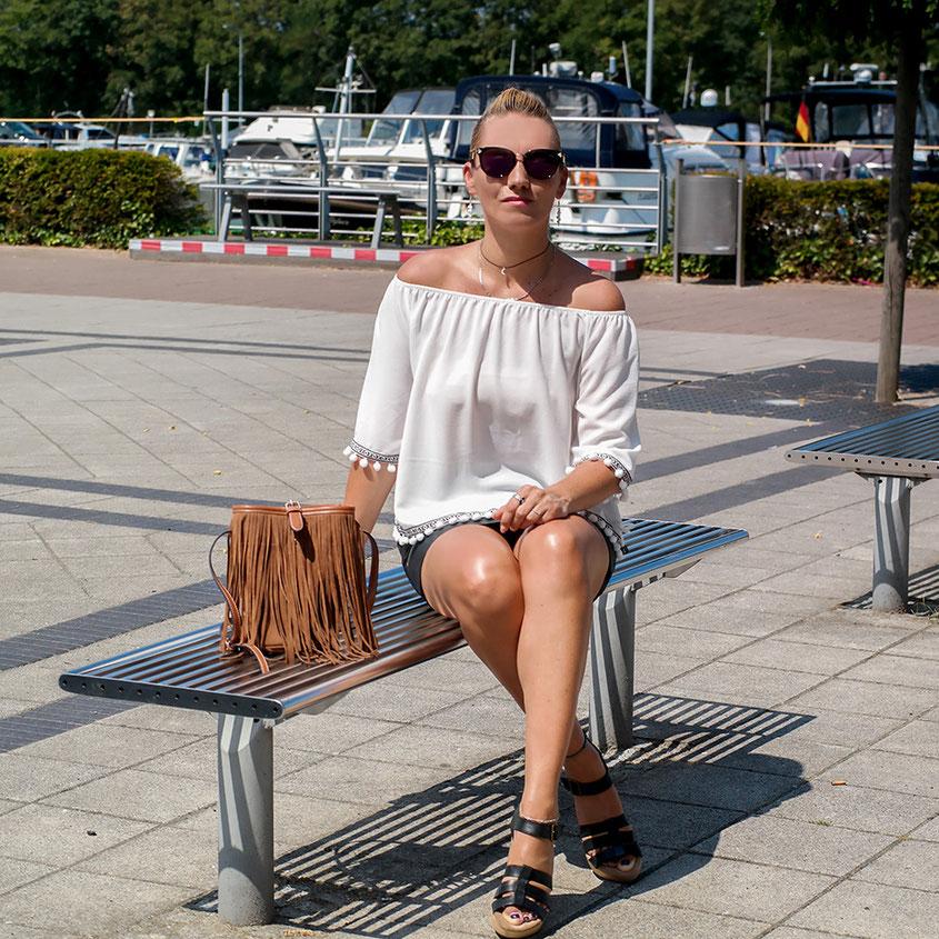 Stylishe Wedges von Clarks lassen mit Pom Pom Bluse und Fransentasche Sommer Feeling aufkommen | Perfekt für sommerliche Outfits | hot-port.de | 30+ Style Blog