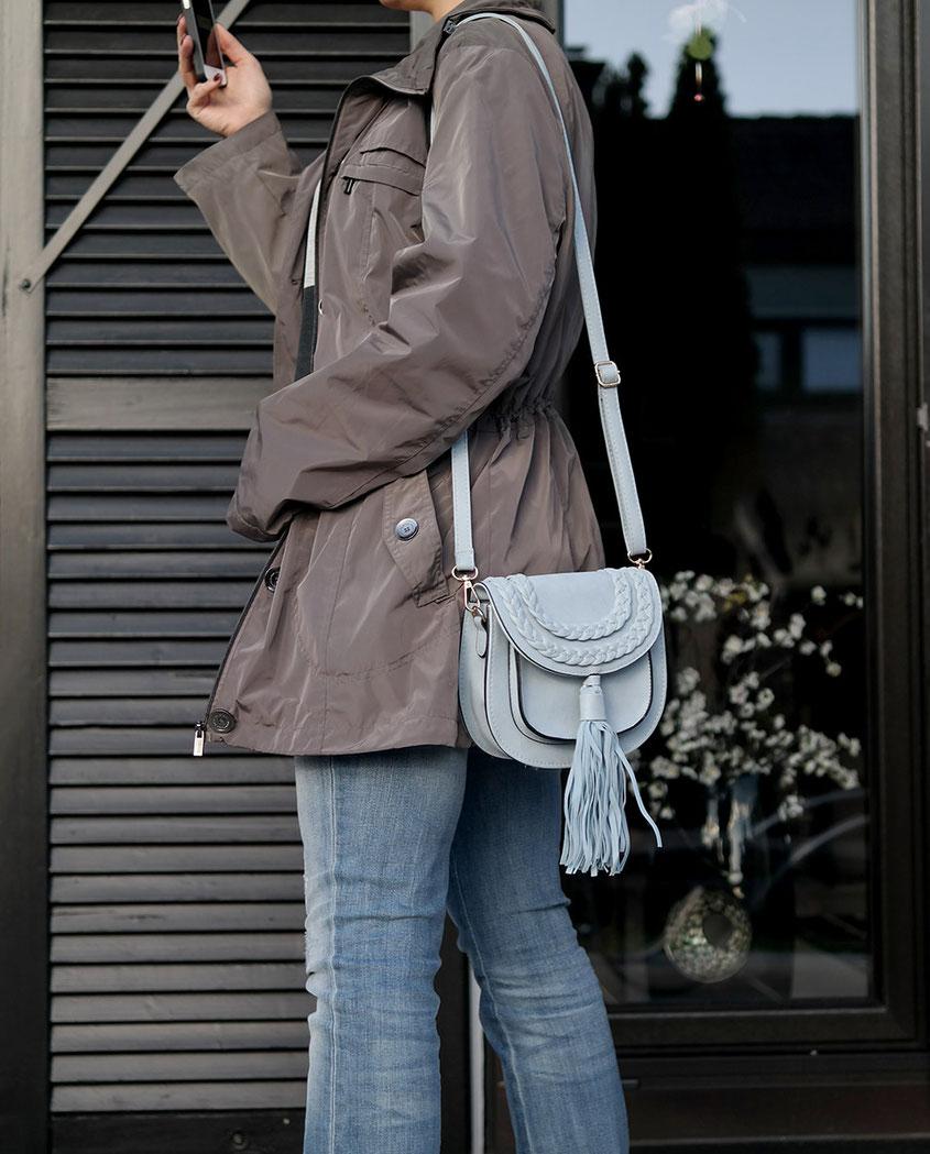 Outfit | Lieblingsparka in Grau zum Blockstreifen Shirt nebst hellblauer Quasten Tasche | hot-port.de | Ü30 Fashion Blog