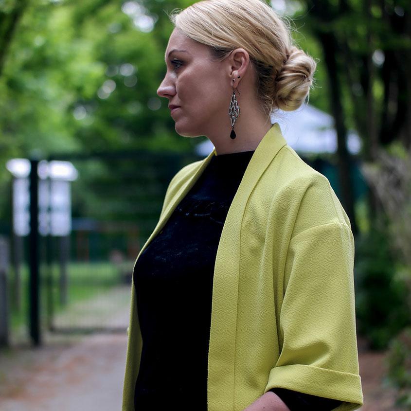Aprilwetter Look Outfit | schwarzes Samtshirt von BlankNYC & gelber Blazer | hot-port.de | 30+ Style Blog