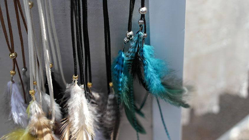 Coole Fashion Spots | Der Hippie Markt in Es Canyar | Haarbänder aus Leder mit Federn