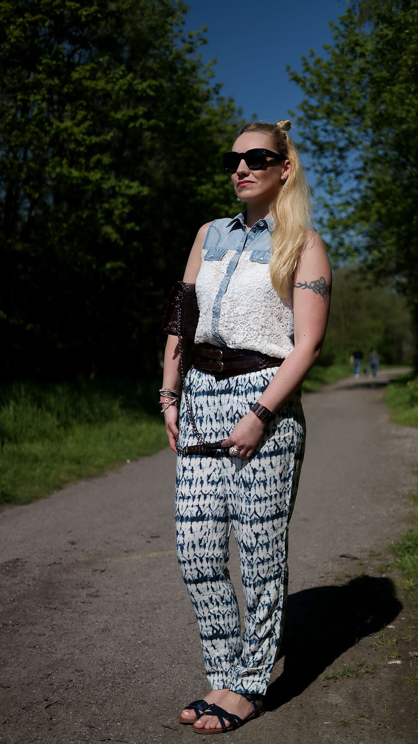 Outfit | Jeansbluse mit Spitze zur weiten Sommerhose | Lace denim top and wide leg trousers | hot-port.de | 30+ Fashion & Lifestyle Blog