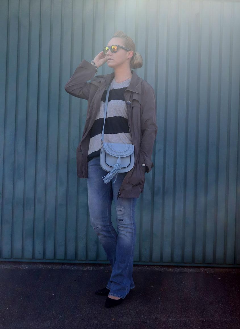 Outfit | Lieblingsparka in Grau zum Blockstreifen Shirt von Cheap Monday nebst Schlaghose von Guess & hellblauer Quasten Tasche | hot-port.de | Ü30 Modeblog