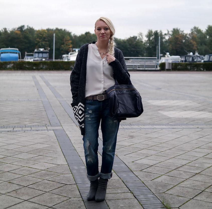 Outfit Style für den Herbst: Bloggerin Franny Fine trägt lässig einen Oversized Cardigan von Glamorous zur Boyfriend Jeans & Ankle Boots | Hot Port Life & Style | Mode & Style Blog aus Deutschland