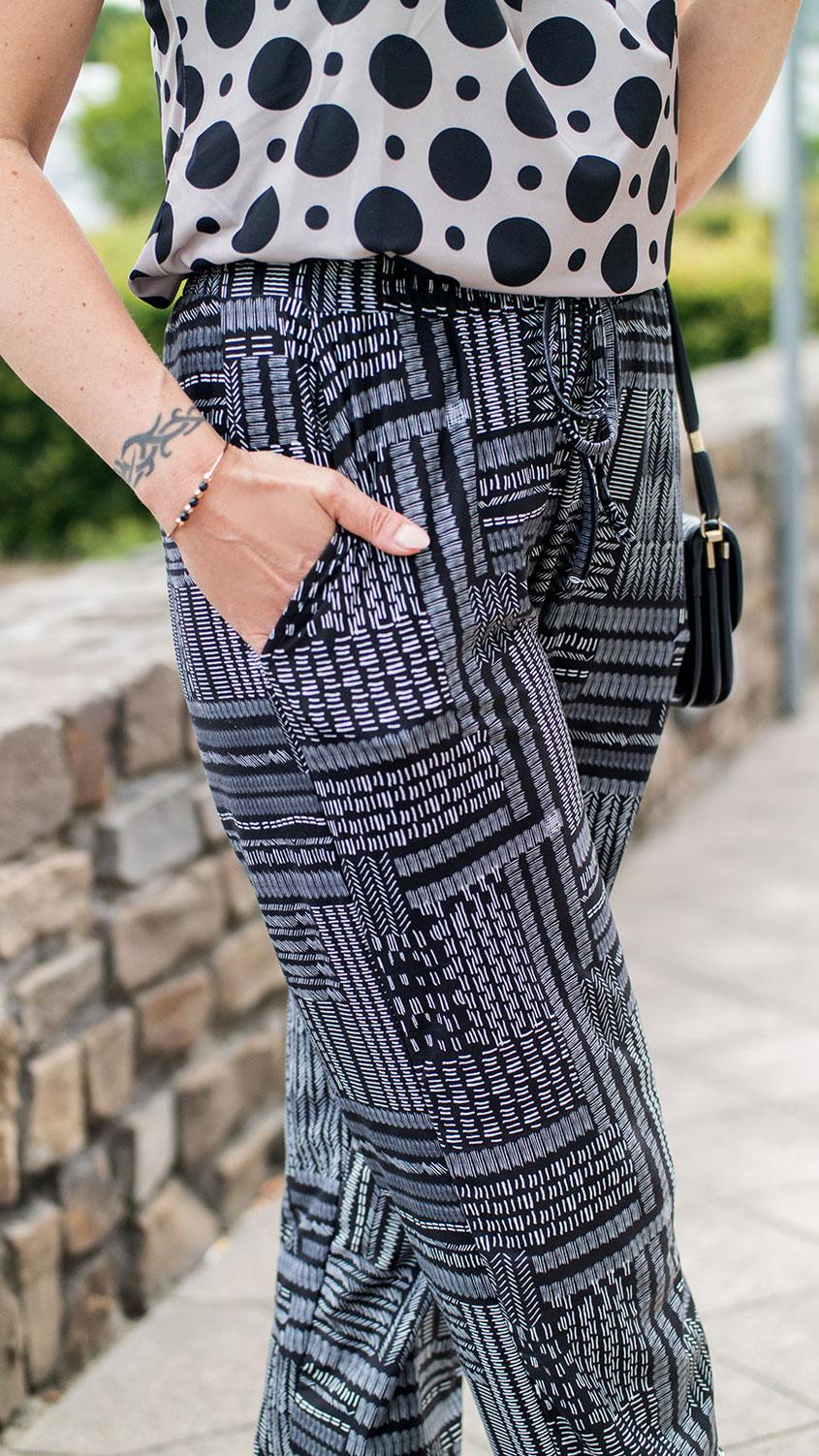 So stylst du Muster stilvoll miteinander: Obwohl ich in der Vergangenheit nicht unbedingt ein Fan von wilden Mustermixen war, habe ich das Thema für Euch einmal etwas klassisch umgesetzt | Hot Port Life & Style | Mode & Style Blog für Frauen um die 30