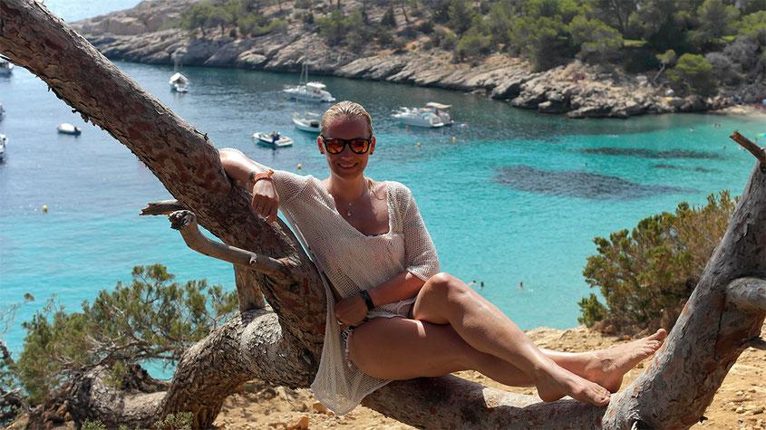 Ibiza Insider Tipps | Cala Salada & Cala Llonga #frannyontour | Schräg gewachsener Baum oberhalb der Cala Salada zum Chillen | hot-port.de | 30+ Lifestyle Blog