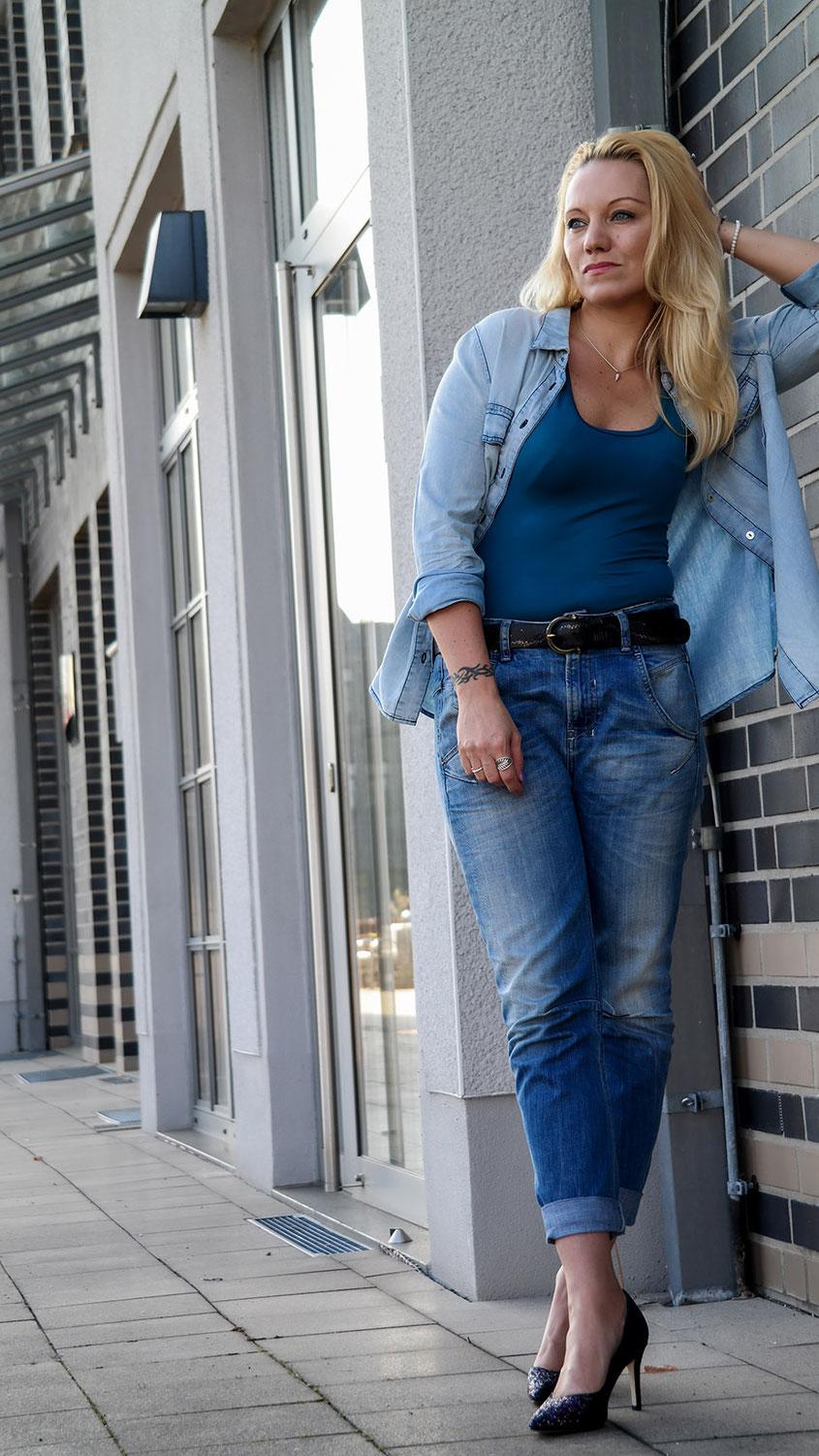 Die ersten Sonnnenstrahlen haben aus mir ein American Girl gemacht. Zumindest habe ich mich Dank Tank Top, Boyfriend Jeans & Jeanshemd so gefühlt | hot-port.de | 30+ Style Blog