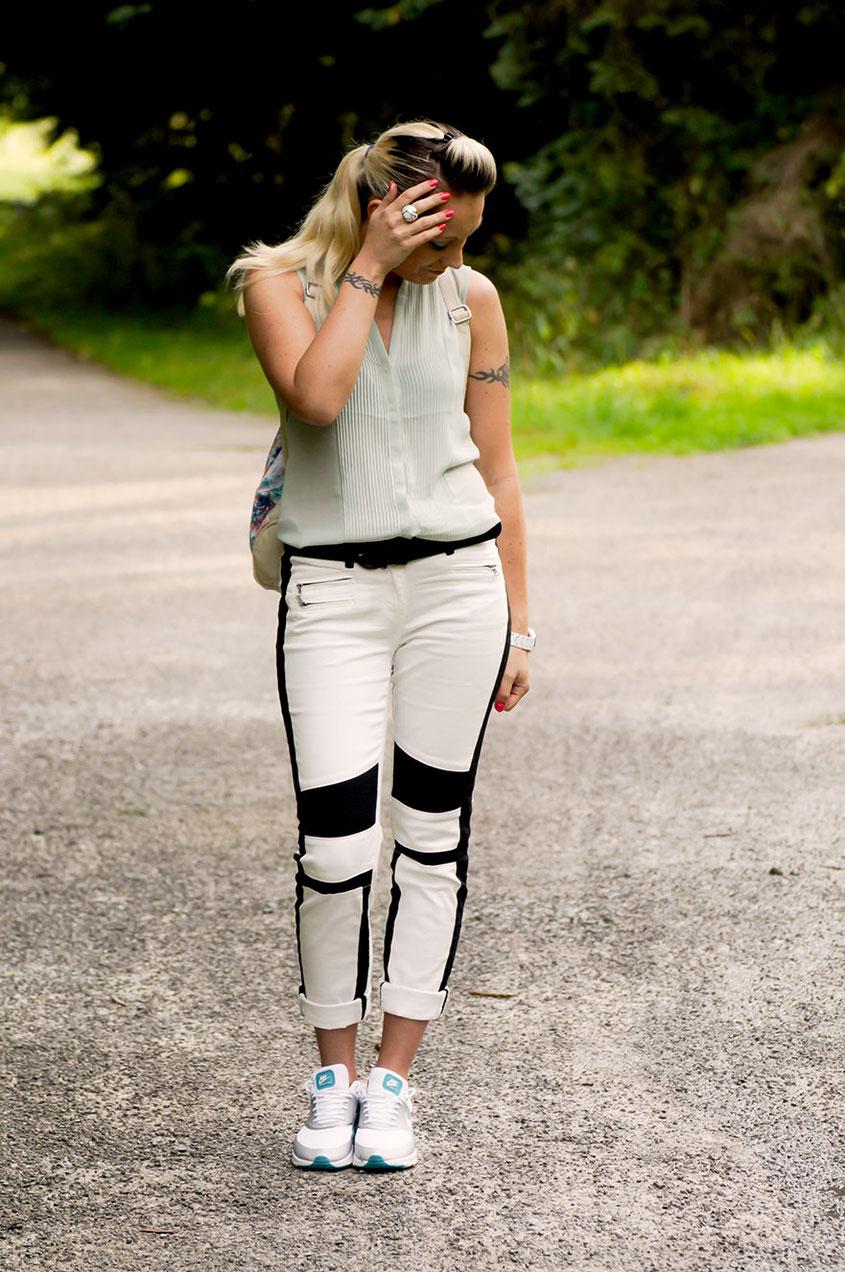 Franny´s erster echter Outfit Post: Ein Selbstversuch! Kann das denn gutgehen? Bisher habe ich mich nämlich nicht getraut, Bilder von mir ins Web zu stellen! Aber das Outfit aus Bikerhose von Laura Scott, Chiffonbluse & Nike Air Max Thea Sneakern musste präsentiert werden | Hot Port Life & Style | 30+ Style Blog