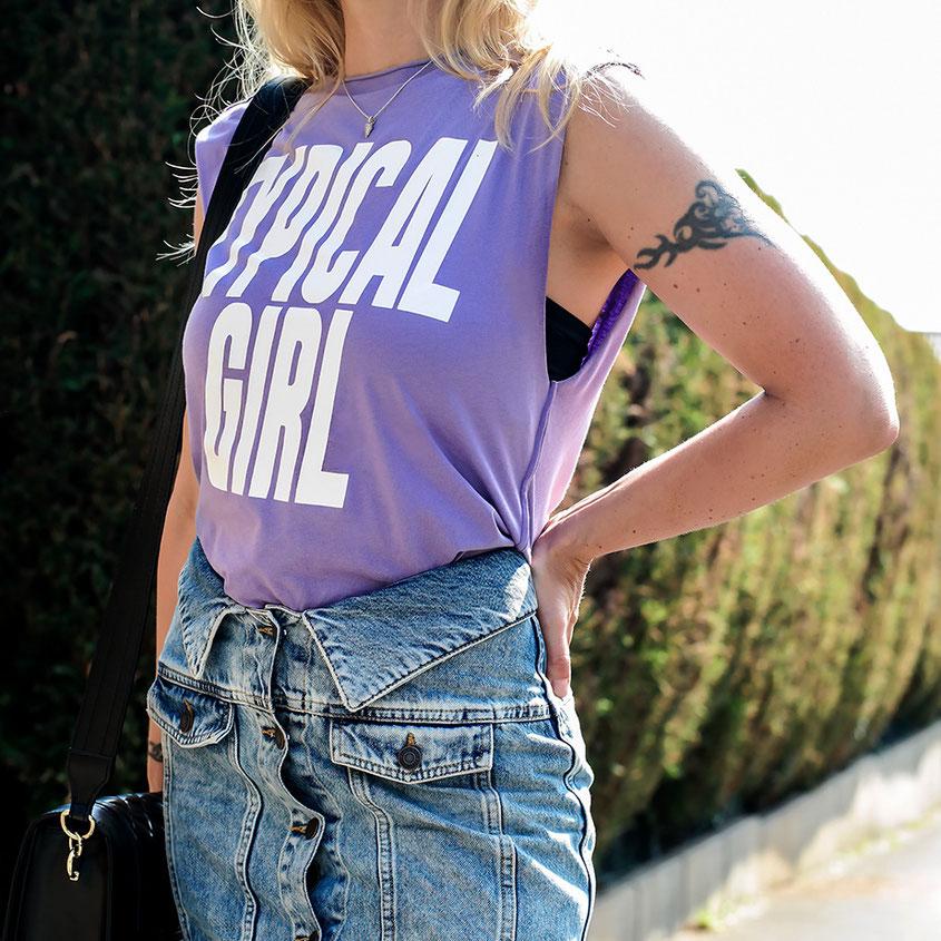 Der Sommer neigt sich langsam dem Ende. Bevor wir uns modetechnisch jedoch dem Herbst zuwenden, wollte ich noch einmal ein letztes Sommeroutfit zum Besten geben! Im Love Moschino Allover Look bestehend aus Typical Girl Shirt & Korsagen Jeansrock | Hot Port Life & Style | 30+ Style Blog