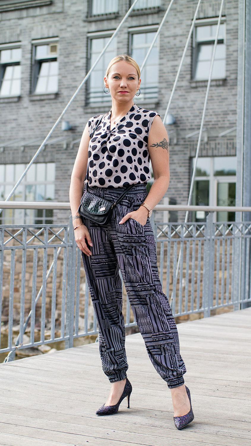 So stylst du Muster stilvoll miteinander: Obwohl ich in der Vergangenheit nicht unbedingt ein Fan von wilden Mustermixen war, habe ich das Thema für Euch einmal etwas klassisch mit Vintage Bag umgesetzt | Hot Port Life & Style | Mode & Style Blog für Frauen um die 30