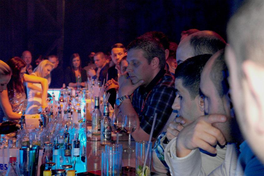 Nightlife in der Jahrhunderthalle | vier super-hübsche Barkeeperinnen haben den ganzen Abend Cocktails & Longdrinks im Coyote Ugly Style gemixt. Sehr cool!