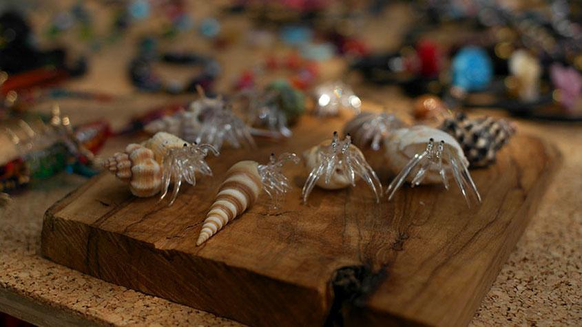 Coole Fashion Spots | Der Hippie Markt in Es Canyar auf Ibiza | Glasfiguren aus Muscheln gefertigt