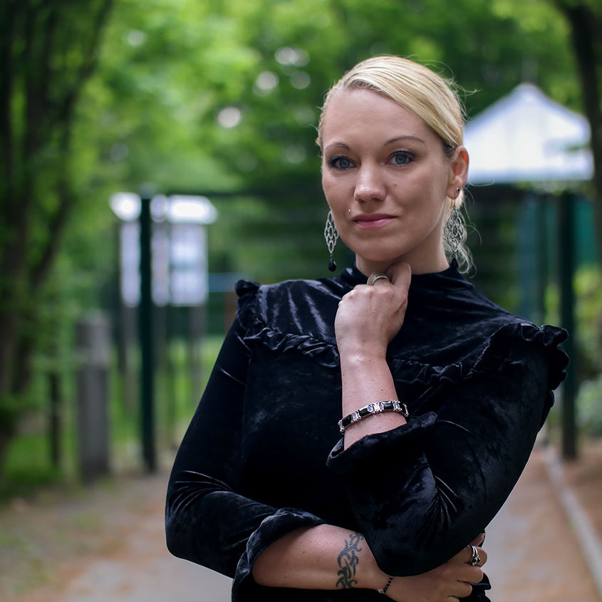 Aprilwetter Look Outfit | schwarzes Samtshirt von BlankNYC | hot-port.de | 30+ Style Blog