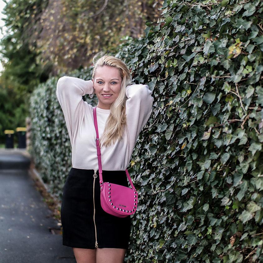 Outfit Vero Moda Kuschelpulli mit Schößchen, Wildlederrock & Wildleder Stiefeln von Zara | hot-port.de | 30+ Style Blog