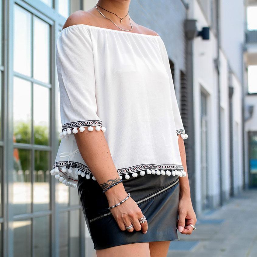 Sommerlook Outfit mit rockigem Lederrock von Zara & Pom Pom Bluse | hot-port.de | 30+ Style Blog