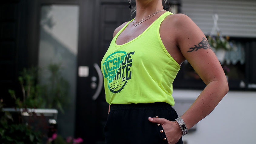 Sommer Look mit Minirock von River Island und Neon Tank Top von DC Shoes | hot-port.de | 30+ Style Blog