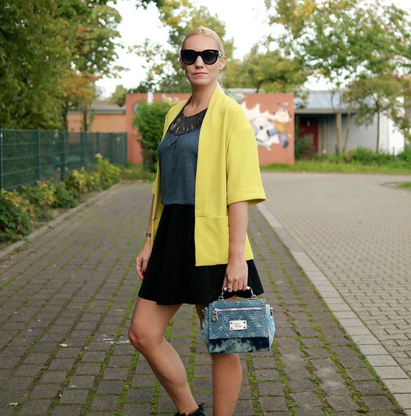 Outfit Herbstsonne   Gelber Staubmantel zur Jeanstasche von Guess und Fornarina Rock