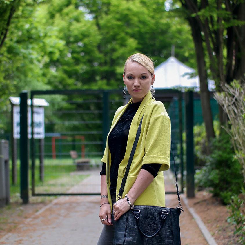 Aprilwetter Look Outfit | schwarzes Samtshirt & gelber Blazer | hot-port.de | 30+ Style Blog
