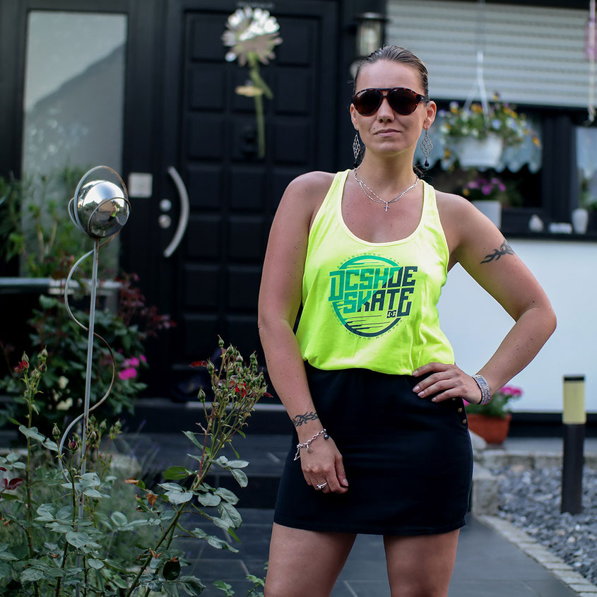 Sommer Look mit Minirock von River Island und Neon Tank Top von DC Shoes | hot-port.de | 30+ Lifestyle Blog