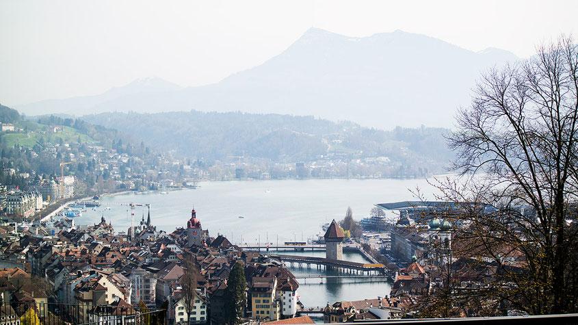 Raus aus dem Alltag & rein ins Städtetrip Vergnügen: Wenn auch Du einmal einen Tapetenwechsel brauchst, kann ich Dir einen Kurzurlaub im schweizerischen Luzern nur empfehlen! Das Touristenziel schlechthin ist perfekt zum Abschalten, vor allem von oben auf Schloss Gütsch mit Blick auf ganz Luzern | Hot Port Life & Style | 30+ Lifestyle Blog