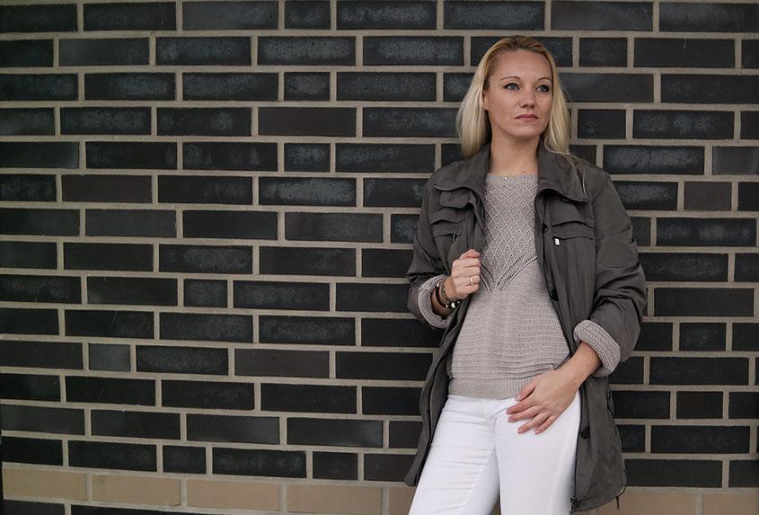 Gegen den grauen Alltagstrott | Outfit weiße Skinny mit Parka | hot-port.de 30+ Blog