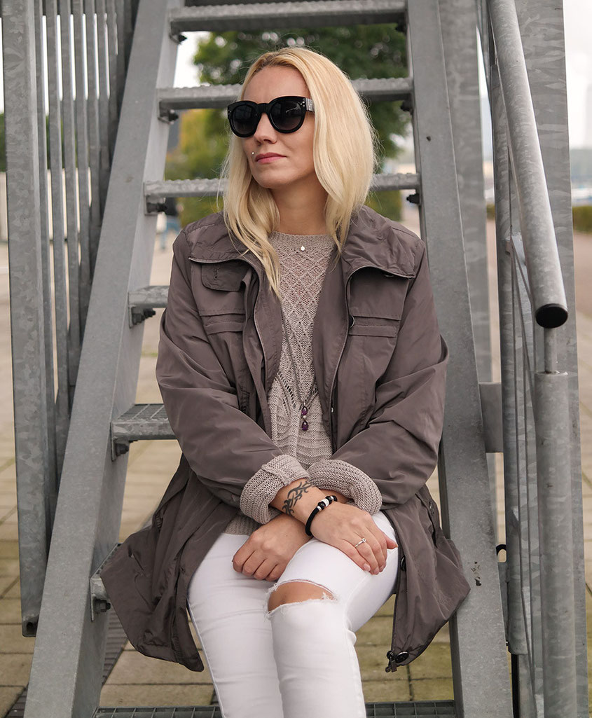 Outfit weiße Skinny, Chucks & Parka | Selected Femme Strickpullover | hot-port.de | 30+ Life & Style Blog