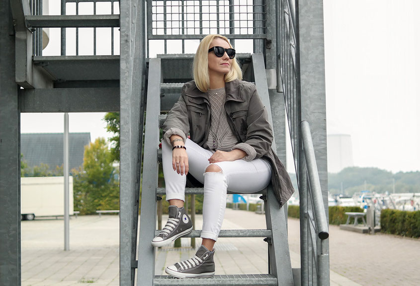 Gegen den grauen Alltagstrott | Outfit weiße Skinny mit Chucks & Parka | hot-port.de | 30+ Style Blog