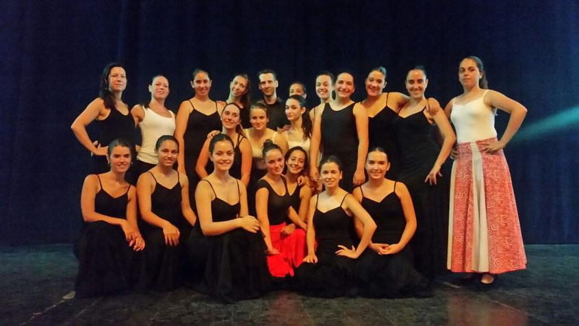 Francisco Velasco junto a un grupo de participantes en el cursillo de Danza Estilizada