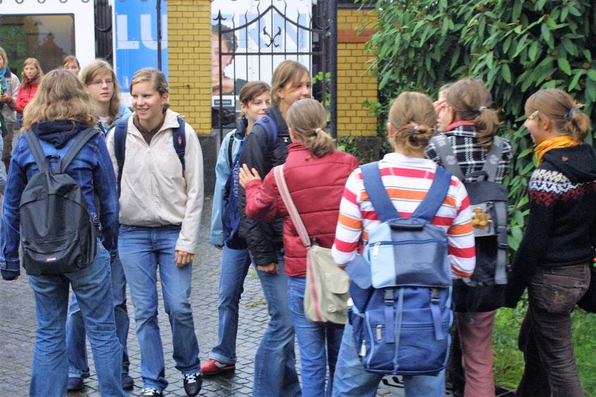 Lernende auf dem Schulareal der Kantonsschule Seetal