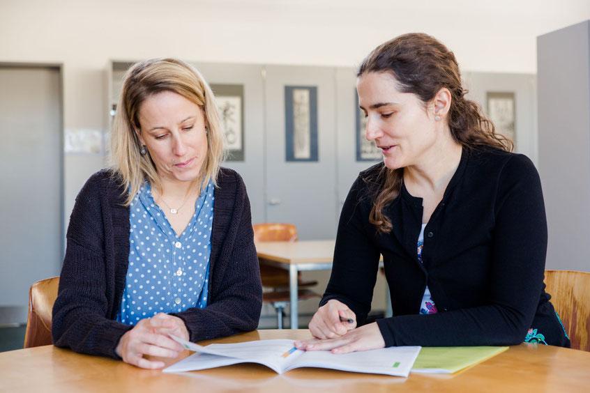 Zwei Lehrerinnen besprechen die Ergebnisse der Externen Evaluation an ihrer Schule. (Symbolbild, DVS)