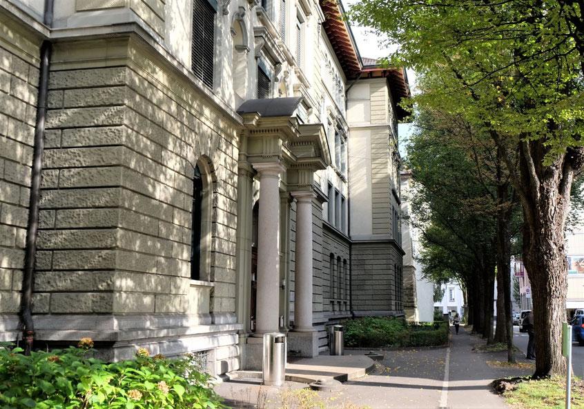 Eingang der Bildungsinstitution Fach- und Wirtschaftsmittelschulzentrum am Hirschengraben 10 in Luzern
