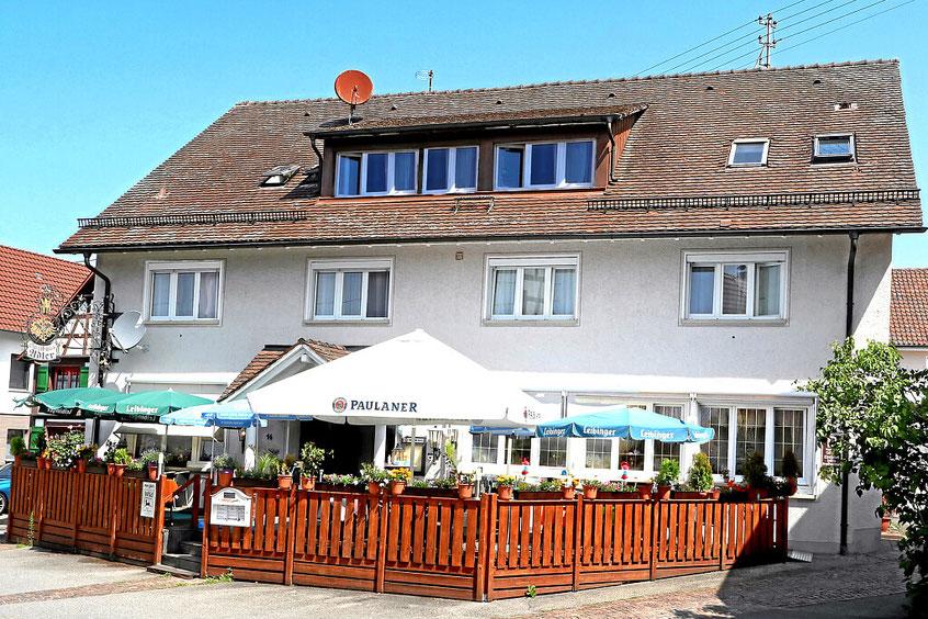 Eingang und Terasse vom Gasthaus Hotel Adler in Öhningen am Bodensee