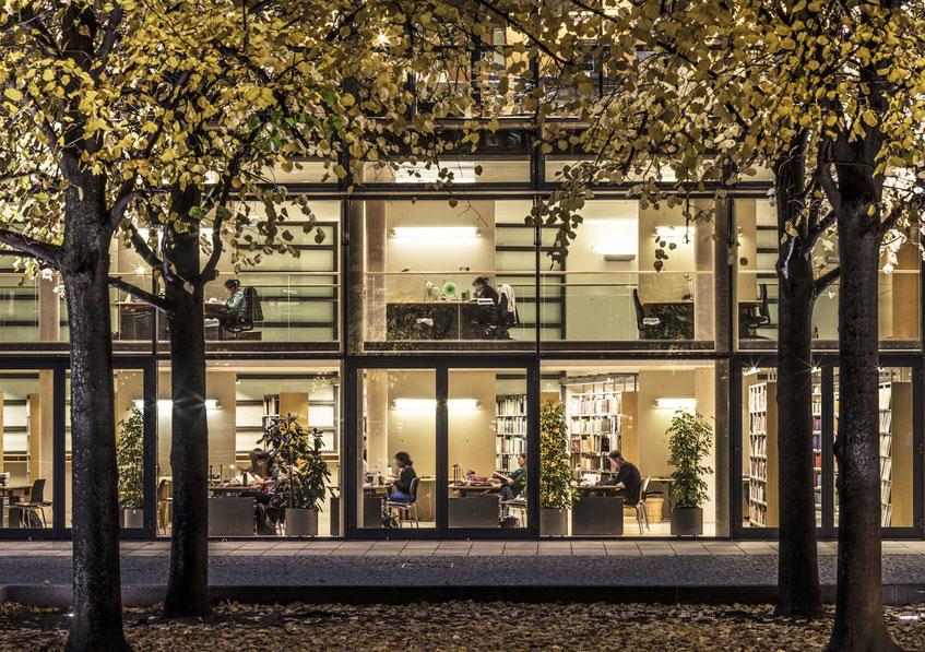 Abendaufnahme der Fassade des Max-Planck Instituts als Farb-Photographie, Muenchen