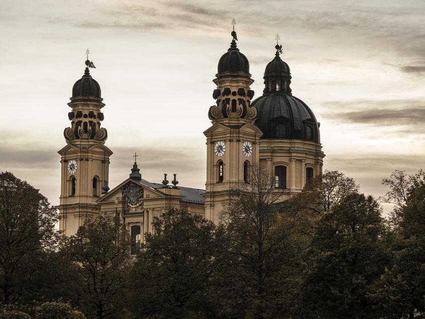 Abendaufnahme der Theatiner Kirche vom Hofgarten aus als Farb-Photographie, Muenchen